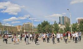 Große Gruppe von Personen wiederholt allgemeinen Tanz an Stockbilder