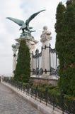 Große Gryphon-Statue ist eine am Museum in Budapest, Hunga mit einem Gatter zu versehen Dekoration, Stockbilder