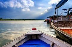 Große hölzerne Boote im Wasser mit bewölktem Himmel Lizenzfreies Stockfoto