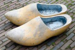 Große hölzerne Schuhe Stockfoto