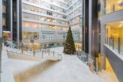 Große Halle mit einem Weihnachtsbaum im Hauptbüro Rosbank Lizenzfreie Stockbilder