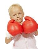 Große Handschuhe des kleinen Jungen Stockfoto