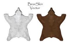 Große Haut des braunen und weißen Bären Die Geweihe des Hirsches gegen weißen Hintergrund Auch im corel abgehobenen Betrag Wieder Lizenzfreies Stockfoto
