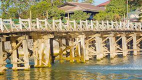 Große Holzbrücke über dem Fluss Teakholz wird für Bau benutzt Stockfotografie