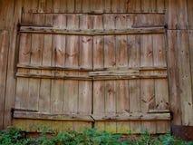 Große Holztüren der alten Scheune mit Eisenüberdachungen lizenzfreie stockfotografie