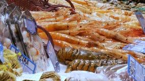 Große Hummer der beweglichen Garnelen der Meeresfrüchte und Krabben auf dem Gegenmarkt, Meeresfrüchte im Markt La Boqueria in Bar stock video