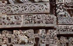 Große indische Architektur, mit Fantasietieren, Vögeln, alten Leuten und Mustern innerhalb des des 12. Jahrhundertstempels, Indie Stockfotos