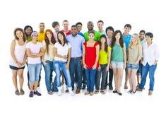 Große internationale Studenten der Gruppe lächelndes Konzept Lizenzfreies Stockbild