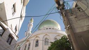 Große islamische Moschee mit goldenen Drehköpfen in einer moslemischen Stadt