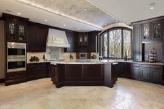Große Küche im Luxuxhaus Stockfotografie