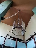 Gro?e k?nstlerische Lampe befestigt mit Seil an der hohen Decke stockfoto