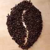 Große Kaffeebohneform gemacht von den Kaffeebohnen lizenzfreie stockfotografie