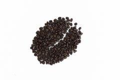 Große Kaffeebohneform gemacht von den Kaffeebohnen, weißer Hintergrund Stockfoto
