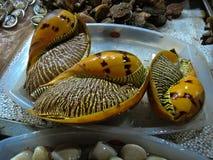 Große Kamm-Muscheln auf einem Fischmarkt in Vietnam stockfotografie