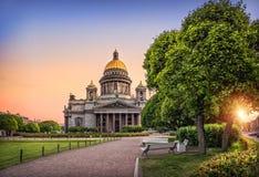 Große Kathedrale und die große Stadt Lizenzfreies Stockfoto