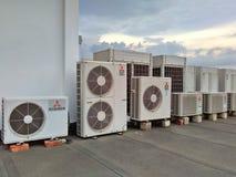 Große Klimaanlagen auf Gebäudedachspitze Stockbild
