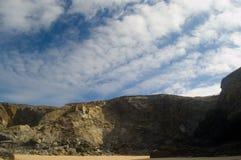 Große Klippen und Himmel Lizenzfreie Stockfotografie