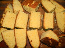 Große Klumpen des gehackten frischen Kuchens des Getreidemehls Stockfoto