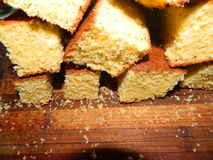 Große Klumpen des gehackten frischen Kuchens des Getreidemehls Stockfotografie