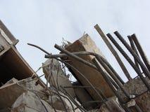 Große konkrete Klumpen mit verdrehtem Metall und Industriegebäude Lizenzfreies Stockbild