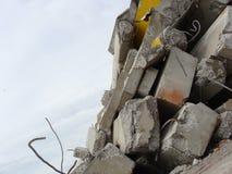Große konkrete Klumpen mit verdrehtem Metall und Industriegebäude Lizenzfreie Stockfotografie