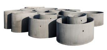 Große konkrete Ringe für Brunnen und Abwasserkanalsysteme sind vorbereitete FO Lizenzfreie Stockfotografie