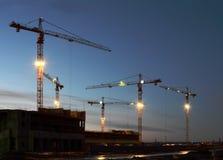 Große Kräne auf Bau Stockbilder