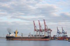 Große Kräne und bulck versenden im Seehafen Lizenzfreies Stockbild