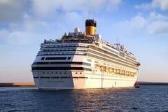 Große Kreuzfahrt Costa Fascinosa, der den Hafen lässt stockbild