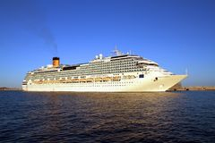 Große Kreuzfahrt Costa Fascinosa, der den Hafen lässt lizenzfreies stockbild