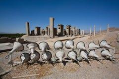 Große Lampen, nachts die Ruinen der alten Stadt von Persepolis belichtet, der Iran Stockfotos