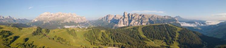 Große Landschaft auf den Dolomit Ansicht über Sella-Gruppe, Boe-Spitze, Gardenaccia-Gebirgsmassiv und Sassongher-Gipfel Alta Badi lizenzfreies stockfoto
