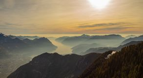 Große Landschaft am Iseo See in der Wintersaison, nebelig eine Feuchtigkeit in der Luft Panorama von Monte Pora, Italien lizenzfreie stockbilder