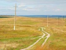 Große Landschaft mit einem bewölkten Himmel und einem Feld stockfotografie