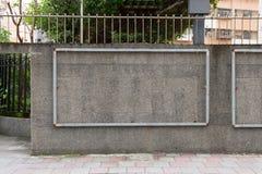 Große leere Anschlagtafel auf einer Straßenwand Lizenzfreies Stockfoto