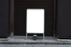 Große leere Anschlagtafel auf einer Straßenwand Lizenzfreie Stockbilder