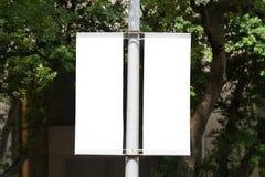 Große leere Anschlagtafel auf einer Straßenwand Lizenzfreie Stockfotos