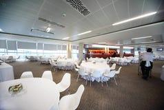 Große leere gemütliche Gaststätte mit weißen Tabellen Lizenzfreies Stockfoto
