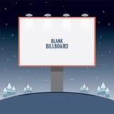 Große leere Werbungs-Anschlagtafel, die auf einem Hügel steht Stockbilder