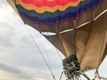 Große leistungsfähige Metalleisenbrenner, thermischer großer mehrfarbiger heller runder Regenbogen färbten gestreiften Fliegenbal lizenzfreies stockfoto