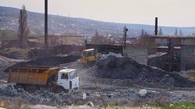 Große LKW-Fahrten durch das Gebiet einer Ziegelsteinfabrik stock video