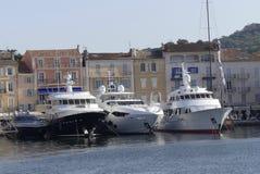 Große Luxusyacht verankert im Hafen von St Tropez, südlich von Frankreich Lizenzfreie Stockfotografie