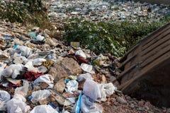 Große Mülldeponie durch die Straße im Fluss lizenzfreie stockfotografie