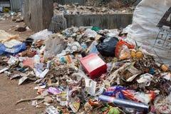 Große Mülldeponie durch die Straße am Wohnbereich stockbild