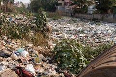 Große Mülldeponie durch die Straße am Wohnbereich lizenzfreies stockfoto
