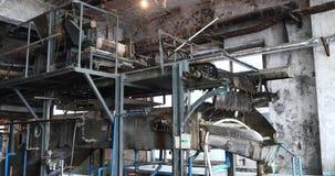 große Maschine 4k in der silk Fabrik, wirbelnd an der Werkstatt stock video footage