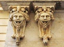 Große Masken, Architekturphantasie, die Handelskammer, Cadiz, Andalusien, Spanien Lizenzfreie Stockbilder