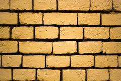 Große Maurerarbeit, gelbe Backsteinmauer, Sandfarbe lizenzfreie stockbilder