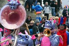 Große Menge, Blaskapellen, guggen Musik und bunte Masken an der öffnenden Parade Rabadan-Karnevals 2017 Lizenzfreie Stockfotografie