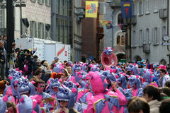 Große Menge, Blaskapellen, guggen Musik und bunte Masken an der öffnenden Parade Rabadan-Karnevals 2017 Stockbild